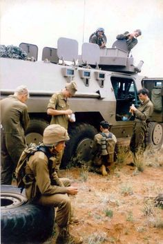 SADF changing a wheel of a Ratel IFV during the Border War of South Africa's Vietnam x Once Were Warriors, South African Air Force, World Conflicts, Army Day, School Of Engineering, Defence Force, Armored Vehicles, African History, Vietnam War
