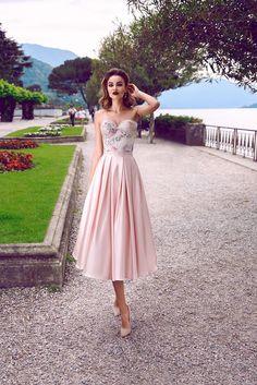 This astoundingly tender and elegant dress is wonderfully evocative of a proud r… - atemberaubende kleider Elegant Dresses, Pretty Dresses, Beautiful Dresses, Formal Dresses, Wedding Dresses, Bild Girls, Pink Gowns, Dream Dress, Homecoming Dresses