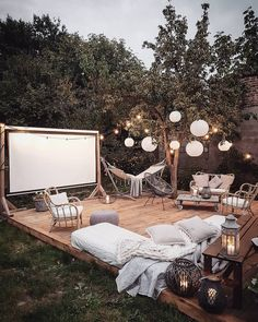 Can I just leave winter and chill in this outdoor cinema? Outdoor Stage, Outdoor Cinema, Outdoor Theater, Outdoor Fun, Outdoor Decor, Outdoor Movie Nights, Look At My, Home Cinemas, Backyard Landscaping