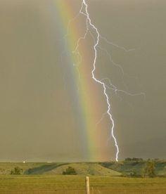Arco íris e Raio - Yansã descendo pelos caminhos de Oxumarê. Duas energias lindas dominando o céu...