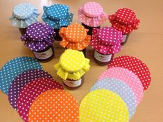 X 16 MIXED DOTS - - Fabric jam covers + twine/bands/labels. X 16 MIXED DOTS Flores de crochê Stoffmarmelade bedeckt Schnur / Bänder / Etiketten. X 16 von PoshtopsStore Jar Crafts, Diy And Crafts, Jam Jar Labels, Diy Gifts, Handmade Gifts, Jar Lids, Christmas Gift Tags, Glass Jars, Crafty