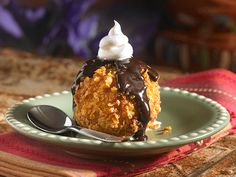 Fried ice cream with chocolate Ice Cream Desserts, Mini Desserts, Frozen Desserts, Ice Cream Recipes, Frozen Treats, Just Desserts, Delicious Desserts, Yummy Food, Refreshing Desserts