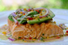 Salmon a la parrilla con salsa de aguacate or grilled salmon with avocado salsa - nomnomnom
