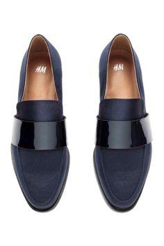 Les mocassins slippers sont à mi-chemin entre le chausson et la chaussure élégante.