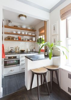 Such a tiny kitchen, yet the open shelving makes it feel bigger! Awesome! Nyc Studio Apartments, Studio Kitchen, Apartment Therapy, Ikea Kitchen Remodel, Apartment Kitchen, Home Kitchens, Tiny Kitchens, Modern Kitchens, Kitchen Layout