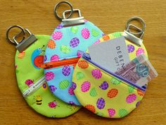 Easter Egg Zippy Pouches Tutorial - Just Jude Designs - Quilting, Patchwork & Sewing patterns and classes Christmas Placemats, Christmas Bags, Holiday Bags, Small Quilts, Mini Quilts, Easter Bunny, Easter Eggs, Hoppy Easter, Bunny Bags