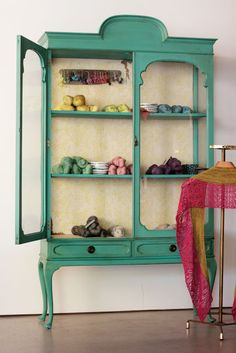 Preciosa vitrina pintada con Autentico #chalkpaint y rodillo texturizado.