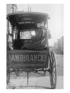 Elizabeth Bruyn sits in the rear of her Horse Drawn Ambulance Dr. Elizabeth Bruyn sits in the rear of her Horse Drawn Ambulance Vintage Abbildungen, Photo Vintage, Vintage Horse, Vintage Pictures, Old Pictures, Old Photos, Foto Transfer, Horse Drawn, Medical History