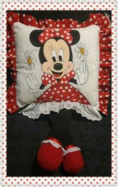 Almohadas con piernas Decor Crafts, Diy Room Decor, Diy Crafts, Disney Fun, Disney Mickey, Homemade Dolls, Disney Scrapbook, Minnie, Diy Stuffed Animals