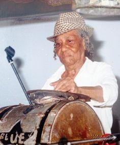 Fransje Gomes, koningin van de skratji poku Zij was een legendarische kaseko zangeres en liedjesschrijfster, en bespeelde diverse percussie instrumenten, maar is vooral beroemd geworden door de skratji (drum). Eigenlijk wordt zij beschouwd als de grondlegger van de Surinaamse skratji, en verzorgde workshops aan jongeren van de NAKS Mi Agida muziekschool.
