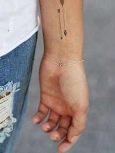 Tatuajes de flechas Galería de las mejores imagenes de tatuajes de flechas Los tatuajes de flechas, tras pasar unos años en el ostracismo debido a sus connotaciones ideológicas, vuelven a estar más de moda que nunca una vez se han desligado de estos conceptos. Las flechas, además, su sencillez, amplio significado y elegancia hacen que sean muy atractivos para