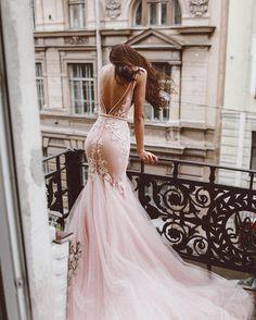 А эта кружевное розовое свадебное платье рыбка - наш личный маленький космос Трансформер, с открытой спиной. Эта пудровая русалка подходит для тех у кого свадьба в стиле лофт, рустик, бохо, марсала, шебби шик, прованс, тиффани, ретро, париж, эко, сказка. Напоминает по силуэту свадебные платья 2017 от ZUHAIR MURAD (Зухаир Мурад), Galia Lahav (Галя Лахав), Elie Saab (Эли Сааб), Inbal Dror (Инбаль Дрор), Berta Bridal (Берта Бридал), Hayley Paige и Vera Wang.