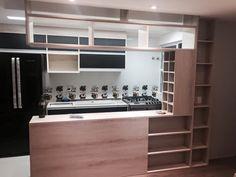 Mobiliário em madeira para cozinha Kitchen Dining, Dining Room, Small Places, Ideas Para, New Homes, Doors, San Gil, House, Design