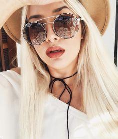 Quem aqui também ama #Prada ?! O modelo 51SS faz muito sucesso ❤️ Não é pra menos!! @liviabrasilc arrasando com os delas nesse dia de sol ☀️ #enchoiriçada #liviabrasil #sunnies #sunglasses