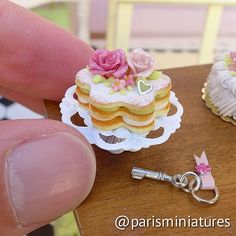 Rose shortbread cake. The roses are hand sculpted from Fimo. #minifood #miniatures #miniaturefood #polymerclay #polyclay #fimo | par Paris Miniatures