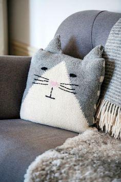 Kissatyyny neuloen intarsiatekniikalla - katso sohvakatin ohje! Kotiliesi.fi Baby Hat Knitting Pattern, Baby Hats Knitting, Knitted Hats, Yarn Projects, Crochet Projects, One Skein Crochet, Caron Simply Soft, Cat Pillow, Fingerless Gloves