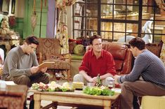 Actors, left to right; David Schwimmer as Ross Geller, Matthew Perry. Friends Thanksgiving Episodes, Friends Episodes, Friends Season, Thanksgiving Parties, Friends Tv Show, Great Friends, Season 7, Hbo Go, Movies