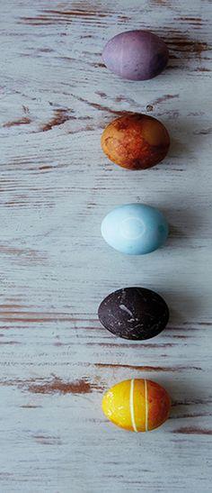 Was wäre Ostern ohne bunte Eier? Mit Farben aus der Natur wird jedes Ei zu einem einzigartigen Kunstwerk. Mehr Ideen findest du online - schau rein und lass dich inspirieren!