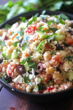 Mediterranean quinoa salad in 2019 dashing dish lunches/dinn Quinoa Indian Recipes, Vegan Quinoa Recipes, Greek Recipes, Healthy Dinner Recipes, Vegetarian Recipes, Ethnic Recipes, Quinoa Meals, Quinoa Rice, Healthy Salads