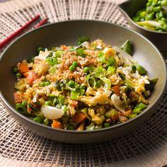1. Kook de rijst en hou de pot warm. 2. Pel en snij de look grof, snij de chilipeper in stukjes en plet alles in de vijzel tot een pasta. 3. Kleur de kalkoenreepjes in zonnebloemolie in een hete wok. Haal het aangebakken vlees uit de wok en zet opzij. 4. Pel de sjalot en snij in stukken.
