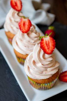 Briose cu capsuni - Lucky Cake Lucky Cake, Tart, Peach, Cookies, Desserts, Activities, Recipes, Crack Crackers, Tailgate Desserts