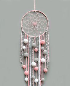Este sueño color de rosa, gris y blanco es una hermoso vivero decoración para habitación de bebé niña. Podría ser un regalo de gran bebé ducha, regalo de inauguración de la casa, regalo de cumpleaños o regalo de Navidad. El cazador de sueños no es sólo una bonita decoración Bohemia. Es