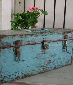One my favorite things, a vintage metal tool box. I LOVE the color-gorgeous! Old Trunks, Vintage Trunks, Trunks And Chests, Vintage Metal, Vintage Industrial, Industrial Design, Industrial Interiors, Industrial Office, Industrial Lighting