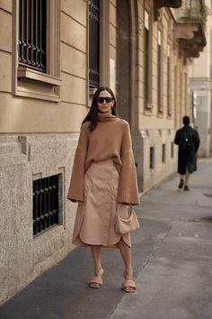 Cómo parecer más alta llevando falda midi como las que más saben de moda Midi Skirt, Coat, Skirts, Jackets, Shopping, Style, Camel, Therapy, Vestidos