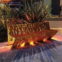 banc en acier corten avec un bel éclairage