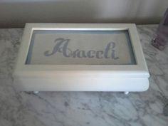 Caja decorada con bordado mallirquin