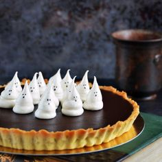 Karamelles-csokis pite – szellem habcsókkal vagy anélkül :) – Sweet & Crazy Food To Make, Cake Recipes, Cheesecake, Candy, Chocolate, My Favorite Things, Samhain, Drink, Sweet