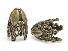 Quantité: 2 pièces.  Ceux-ci font de grands caps pour pompons faire une pièce unique de bijoux! Contacter moi si vous avez besoin de plus!   Mesures Hauteur : 29mm OD : 19mm ID: 15mm ID de trou: environ 3mm  S H O P - E N T R A N C E : www.etsy.com/shop/GR8BEADS  Voir toute notre collection de chapeaux de perle/pompon grande taille ici: http://etsy.me/2hCTUXX  J'ai à la main ramasser tous et chacun de mes perles seulement fournir la meilleure sélection et l...