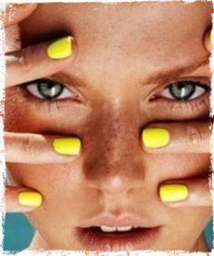 Το κίτρινο χρώμα φέτος θα φορεθεί πολύ! Ανάδειξε λοιπόν την ηλιοκαμένη επιδερμίδα σου, βάζοντας κίτρινο neon μανο στα νύχια σου!