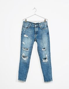 Jeans slim boyfriend rotos. Descubre ésta y muchas otras prendas en Bershka con nuevos productos cada semana