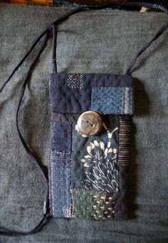 Example of Sashiko. Sashiko Embroidery, Japanese Embroidery, Patchwork Bags, Quilted Bag, Fabric Bags, Fabric Scraps, Boro Stitching, Japanese Textiles, Denim Bag