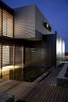 Koi pond at the front of the Johannesburg House House Serengeti: Sharp Angles, Contemporary Architecture & Luxurious Decor