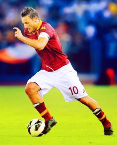 As Roma Nel Cuore Francesco Totti, world famous soccer player for AS Roma, born in Rome. Football Icon, Best Football Players, Good Soccer Players, World Football, Football Tournament, Football Drills, Football Soccer, As Roma, Fifa