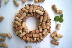 Niepowtarzalna dekoracja/wianek w duchu recyklingu z autentycznych korków od wina. Korki noszą ślady użytkowania a wiele z nich ma oryginalne zabarwienie pochodzące od wina. Ten egzemplarz wykończony został brązową wstążeczką z białą fastrygą. Ciepła i nastrojowa dekoracja zarówno...
