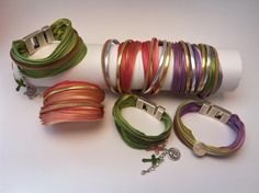 Bracelet multitours soie Shibori violette et liens en cuir doré et argenté et en peau naturelle pailletée : Bracelet par kusko