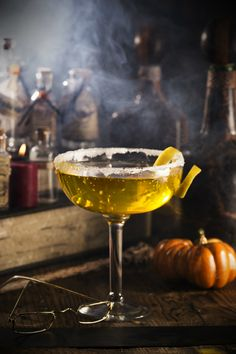 Harry Potter Cocktails: Dumbledore's Lemon Drop Lemon Drop Drink, Lemon Drop Martini, Cocktail Drinks, Cocktail Recipes, Harry Potter Cocktails, Harry Potter Birthday, Holiday Recipes, Halloween Party, Halloween Costumes