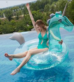 Licorne Gonflable Transparente Paillettes Bouée Géante Jouets Gonflable Flotteur de Plage Ocean, Matelas Gonflable de Piscine pour Enfant Adultes piscine à rebord vue sur une forêt. Jeux d'eau idéal pour une pool party tendance amusement et rire son au rendez-vous Unicorn Inflatable Transparent Sequins Giant Buoy #poolparty #summer #vacances #licorne #bouée #bouéegonflable #licornepaillette #pool #jeuxdeau #outdoor #outdoordesign #home #licornetransparente #unicorn Cool Pool Floats, Cool Pools, Summer Vibes, Outdoor Decor, Cool Stuff, Beach, Pool Toys, New Trends, Swimming