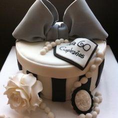 Tarta con forma de sombrerera!! El mejor regalo para celebrar el cumpleaños de una madre!!