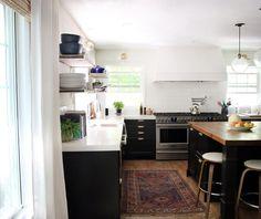 Aranżacja biało-czarnej kuchni ze wzorzystym dywanem