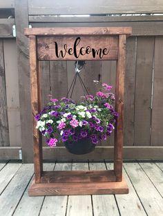 Diy Wooden Planters, Diy Hanging Planter, Hanging Flower Baskets, Wooden Diy, Diy Wooden Crafts, Hanging Basket Stand, Outdoor Flower Planters, Rustic Planters, Fall Planters