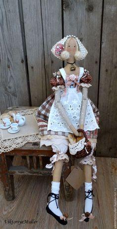 Купить или заказать кукла тильда ручной работы КРЕНДЕЛЁК))) в интернет-магазине на Ярмарке Мастеров. Куколка - хозяюшка в клетчатом льняном платье с кружевами , в вышитом фартучке, с корзинкой, полной свежей выпечки.