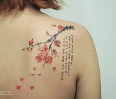 Simple but beautiful cherry blossom tattoo on the shoulder. The small branch with cherry blossoms is accompanied by a quote in Korean characters shows the oriental influence of the design which makes it even more unique.