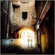 """""""Two of us"""" La #PicOfTheDay #turismoer di oggi passeggia romanticamente per i vicoli del centro storico di #Ferrara. Complimenti e grazie a @marcus87ture / Today's #PicOfTheDay #turismoer romantically strolls through the alleys of #Ferrara's old city centre. Congrats and thanks to @marcus87ture"""