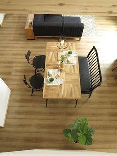 パッチワークのようなデザインの天板がおしゃれなダイニングテーブルとブラック色のチェアを組合せたコーディネート提案です (インテリアショップBIGJOY)
