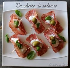 Barchette di Salame Ricetta Antipasto Veloce e Gustoso Snacks Für Party, Appetizers For Party, Appetizer Recipes, Gourmet Recipes, Cooking Recipes, Healthy Recipes, Mini Foods, Appetisers, Finger Foods