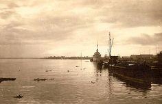 Vergezicht op de Moesi met de BPM-steiger te Pladjoe, achterste boot de torpedobootjager Piet Hein, november 1946. Java, Palembang, Paris Skyline, Indie, November, History, Places, Travel, November Born